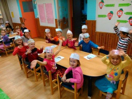 Vánoční tvoření a zdobení jablíček ve školce